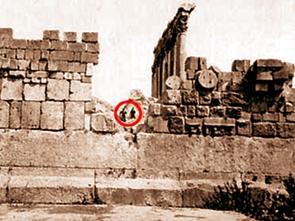 Tuż poniżej dwóch osób (w kółeczku), widzimy poziomo położone trzy ogromne bloki skalne, czyli tak zwany Trilithon. Na zdjęciu widać cały blok środkowy i fragmenty bloków położonych od niego na lewo i na prawo (Fot. davidpratt.info)