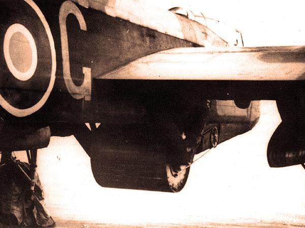 Mocowanie bomby pod samolotem (Fot. IWM)