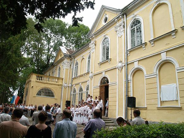 Uroczystości przed pałacem Fredrów w Beńkowej Wiszni (Fot. Maria Basza)