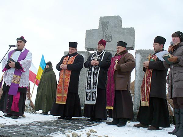 Nabożeństwo z udziałem duchowieństwa katolickiego i prawosławnego przy pomniku w Hucie Pieniackiej, 26 lutego 2012 r. (Konstanty Czawaga)