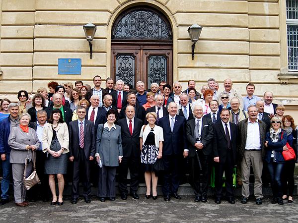 Przed Uniwersytetem Medycznym we Lwowie (Fot. archiwum SLP we Lwowie)