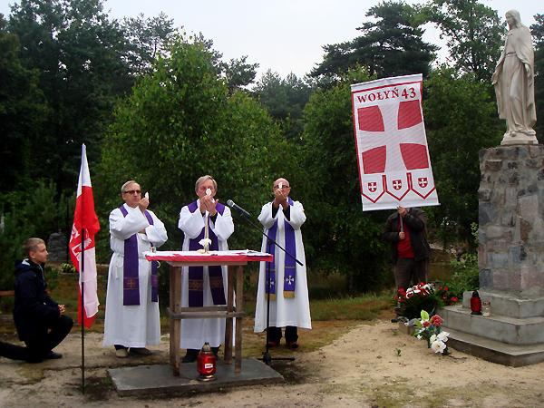 Mszę św. polową sprawuje ks. prof. Józef Marecki (Fot. Włodzimierz Osadczy)