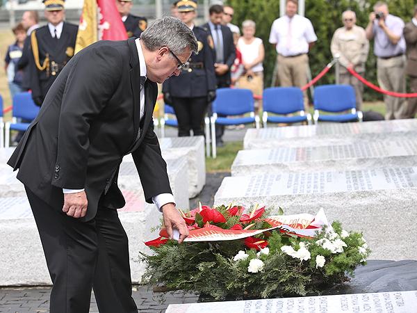 Bronisław Komorowski, prezydent RP składa kwiaty przy pomniku Ofiar Zbrodni Wołyńskiej (Fot. PAP/Rafał Guz)