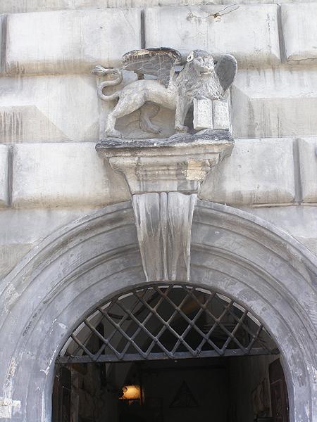 """Wenecki lew """"ewangelisty św. Marka"""" na portalu kamienicy nr 14 przy Rynku (Fot. Jurij Smirnow)"""