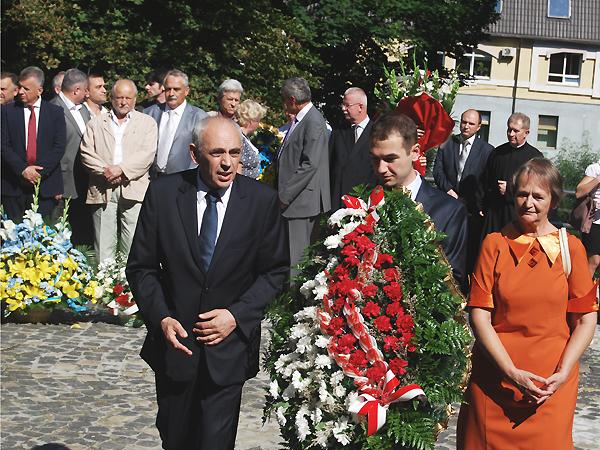 W imieniu Politechniki Wrocławskiej kwiaty przy pomniku składa rektor uczelni prof. Tadeusz Więckowski wraz z małżonką i synem (Fot. Konstanty Czawaga)