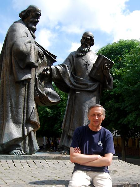 Autor artykułu przy pomnik św. Cyryla i Metodego, usytuowanym w centrum Mukaczewa (Fot. archiwum Konstantego Czawagi)