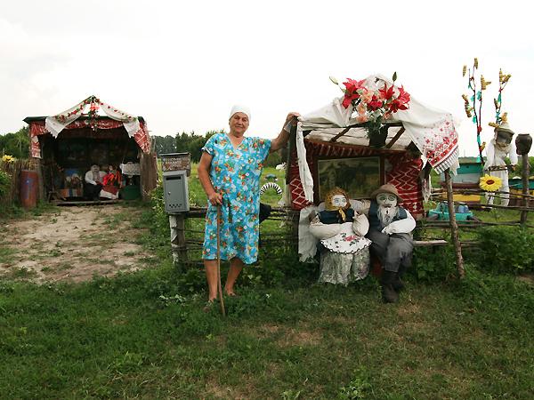 Warwara Kotenko przy placu zabaw w Jużnym (Fot. Dmytro Antoniuk)