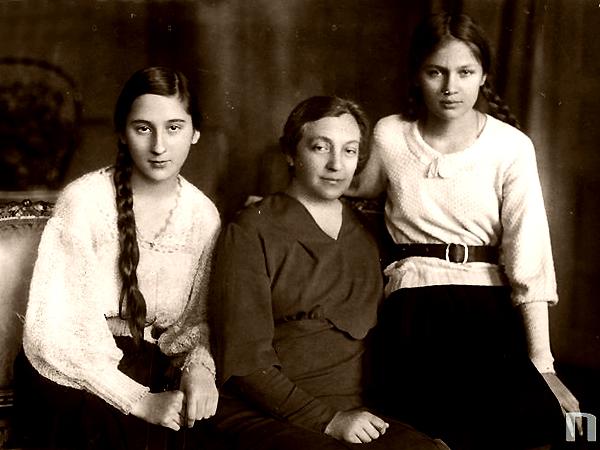 Aleksandra Piłsudska w towarzystwie córek Wandy (z lewej) i Jadwigi, 1933 r. (Fot. Narodowe Archiwum Cyfrowe)