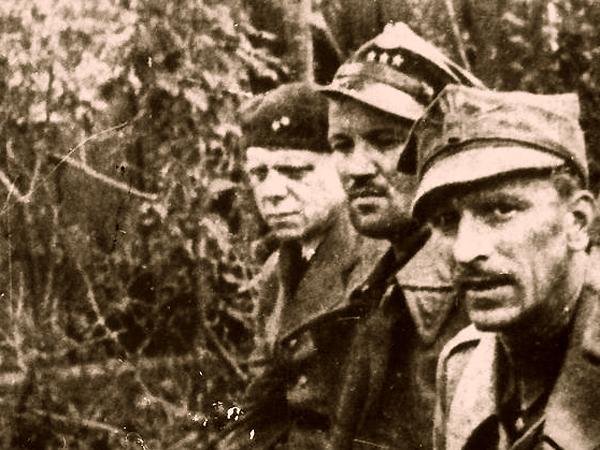 Wzięci do niewoli obrońcy Westerplatte. Od prawej: kpt. Franciszek Dąbrowski, kpt. Mieczysław Słaby, por. Stefan Grodecki (Fot. Narodowe Archiwum Cyfrowe)