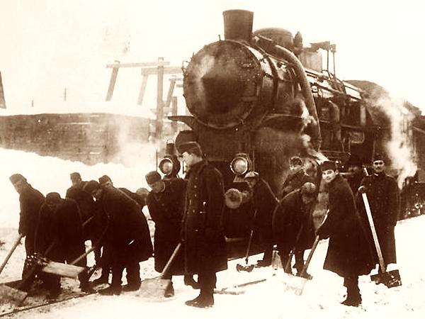 Węgrzy odśnieżają stację kolejową, luty 1940 r. (Fot. Narodowe Archiwum Cyfrowe)