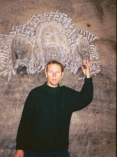 Bolek Majerik przy swojej rzeźbie na dole kopalni (Fot. Marcin Marynowski)