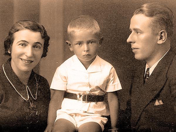 Autor wspomnień wieku lat 4,5 – w towarzystwie matki i ojca.(zdjęcie wykonano w Samborze w historycznym dniu 1. września 1939 roku)