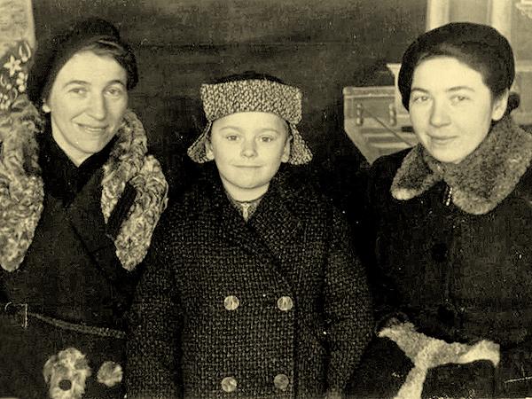 Autor wspomnień w roku 1942 (Kryłos) w towarzystwie matki Marii (pierwsza od lewej) i ciotki Zofii