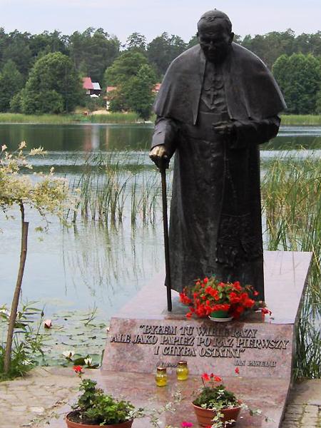 """Na Kanale Augustowskim został wyznaczony """"Szlak Papieski"""". Jest to trasa, którą Papież odbył na pokładzie statku """"Serwy"""" 9 czerwca 1999 r. (Fot. www.chris.com.pl)"""