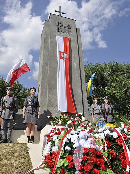 Każdego roku w sierpniu cokół pomnika polskich bohaterów Zadwórza tonie w biało-czerwonych kwiatach (Fot. Jacek Borzęcki)