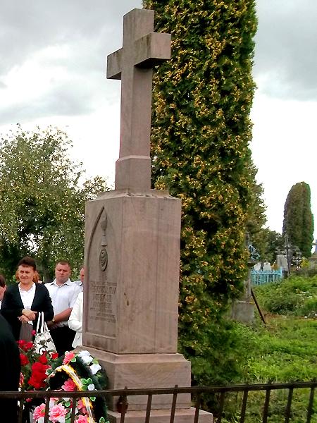 Mogiła ks. Bronisława Mireckiego na cmentarzu w Hałuszczyńcach (Fot. Fot. Maria Krych)