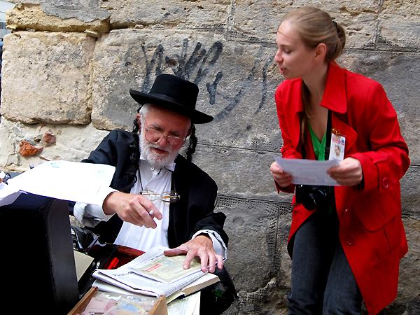 Zaświadczenie notariusza o udziale w LvivKlezFest-2013 otrzymuje dziennikarka KG Julia Łokietko (Fot. Konstanty Czawaga)