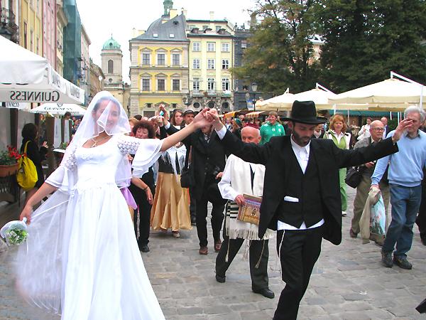 Wesele żydowskie na lwowskim rynku (Fot. Konstanty Czawaga)