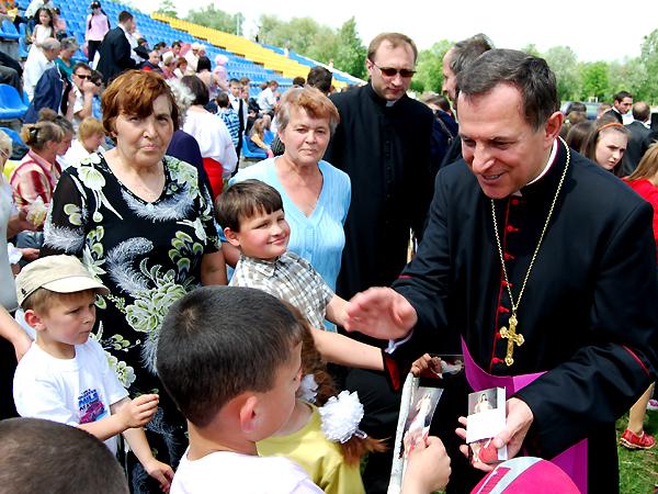 Dzieciom błogosławi abp Mieczysław Mokrzycki (Fot. Konstanty Czawaga)