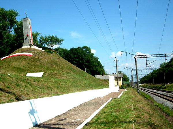 Kurhan i pomnik na miejscu bitwy polskich Orląt z armią bolszewicką pod dowództwem Siemiona Budionnego (Fot. Krzysztof Szymański)