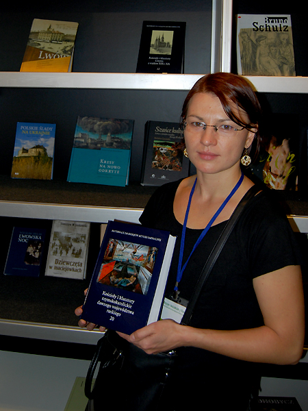 Przy stoisku z książkami o Polsce i Ukrainie (Fot. Konstanty Czawaga)