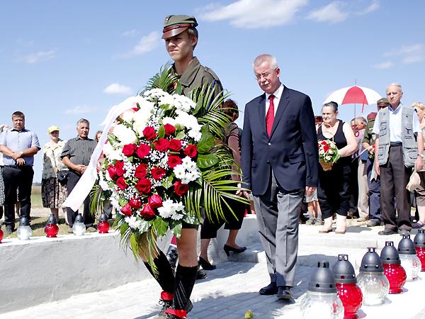Kwiaty składa konsul generalny RP we Lwowie Jarosław Drozd (Fot. Weronika Sadowa)