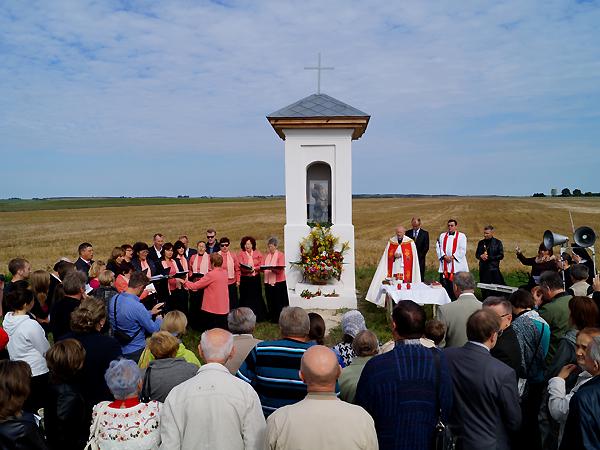 """Nabożeństwo pod kapliczką w Satijowie (Fot. archiwum IX """"Dialogu Dwóch Kultur"""")"""
