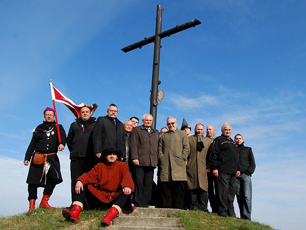 Uczestnicy konferencji na kopcu Unii Horodelskiej (Fot. Konstanty Czawaga)