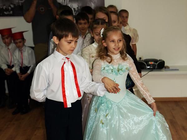 Polonez w wykonaniu uczniów najmłodszych klas Szkoły Średniej nr 3 w Iwano-Frankiwsku (Fot. Marcin Romer)