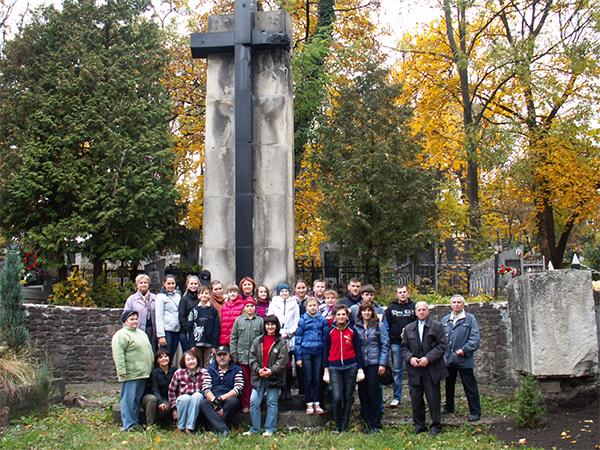 Porządkowanie grobów zapomnianych Orląt Lwowskich