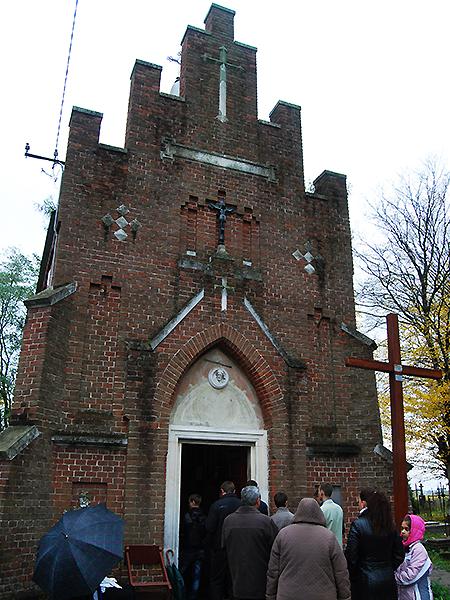 Kaplica na cmentarzu w Komarnie (Fot. Konstanty Czawaga)