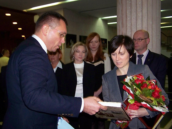 Gratulacje odbiera konsul generalny Beata Brzywczy (Fot. Agnieszka Ratna)