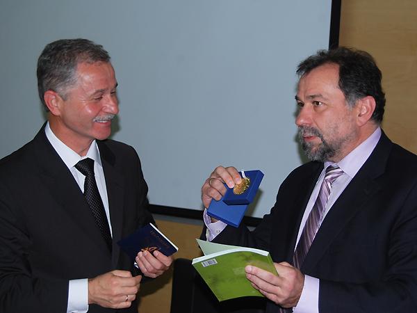 Henryk Sułuja, burmistrz Ustrzyk Dolnych oraz Lew Zacharczyszyn, pełniący obowiązki dyrektora Departamentu Współpracy Międzynarodowej i Turystyki Lwowskiej Państwowej Administracji Obwodowej (Fot. Konstanty Czawaga)