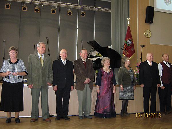 Uhonorowani Odznakami Dwudziestopięciolecia najstarsi oraz najbardziej zasłużeni członkowie Towarzystwa Miłośników Lwowa i Kresów Południowo-Wschodnich (Fot. Z archiwum TML Oddział Zielonogórski)