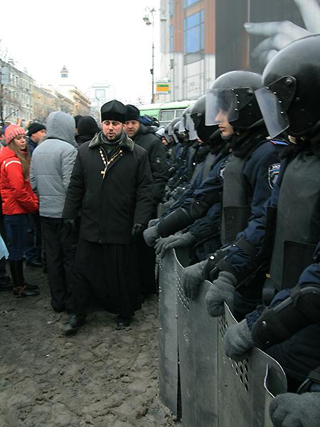 Księża i milicja (Fot. Dmytro Antoniuk)