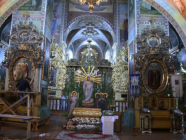 Wnętrze cerkwi z ołtarzami pofranciszkańskimi (Fot. Dmytro Antoniuk)