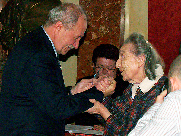 Ze śp. Ireną Zappe podczas wręczania Jej Karty Polaka (Foto z archiwum KG RP we Lwowie)