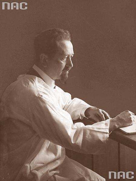 Prof. Rudolf Weigl (1883-1957) – twórca szczepionki przeciw tyfusowi plamistemu w swoim laboratorium na Wydziale Lekarskim UJK. Był wielokrotnym kandydatem do Nagrody Nobala, blokowanej ze względów politycznych (Fot. NAC)