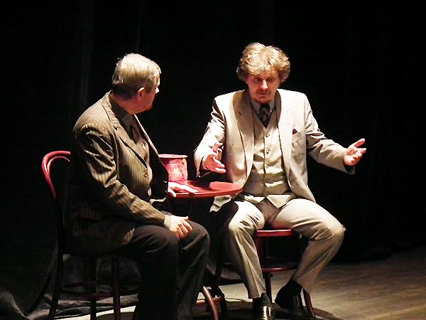"""Andrzej Bowszyk (od lewej) i Wiktor Lafarowicz w spektaklu """"Dwaj panowie B"""" Mariana Hemara (Fot. Krzysztof Szymański)"""