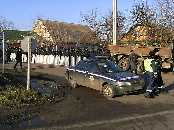 Milicja zamyka najmniejsze przejścia do rezydencji Janukowicza we wsi Nowe Petriwci (Fot. Dmytro Antoniuk)