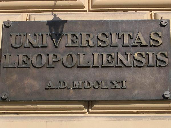 Tablica umieszczona w ostatnich latach na frontonie Lwowskiego Narodowego Uniwersytetu im. Iwana Franki (Fot. z archiwum autora)