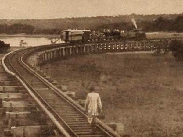"""Linia """"Wariackiego Ekspresu"""". Zakręt na mokradłach koło Mombasa (Wikipedia)"""