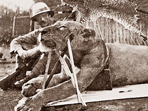 Zastrzelony Duch podparty dla zrobienia zdjęcia. Obok trupa Ducha, pułkownik Patterson (Wikipedia)