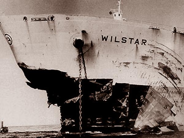 Norweski tankowiec po zderzeniu z falą wysokości 30 metrów (Fot. astro.cz)