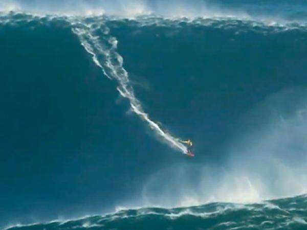 Amerykański surfer Garret Mc Namara pokonuje 30 metrową falę (Fot. torontosun.com)