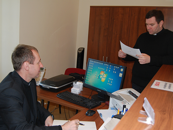 Notariusze ks. Kazimierz Hawluk i ks. Aleksander Kusy (Fot. Konstanty Czawaga)