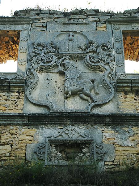 Herb Czartoryskich Pogoń na stronie zewnętrznej wieży wjazdowej (Fot. Łarysa Poliszczuk)
