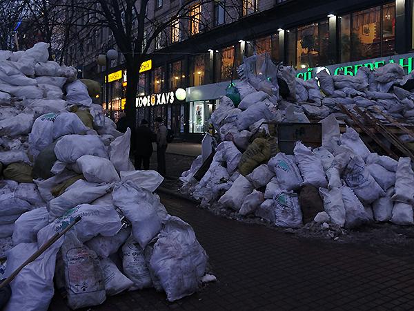 Odbudowana barykada od strony Placu Europejskiego (Fot. Wojciech Jankowski)