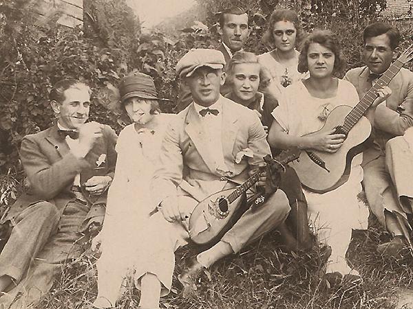 Na majówce z rodziną i ze znajomymi. Jan Marcinkowski (pierwszy od lewej (Fot. z rodzinnego archiwum Tadeusza Marcinkowskiego)