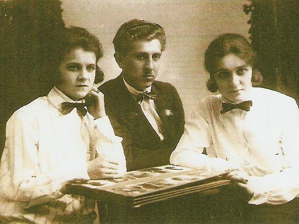 Nad albumem z rodzinnymi fotografiami Jan Marcinkowski z siostrami: Jadwigą i Heleną (fot. z archiwum Andrzeja Porębskiego)